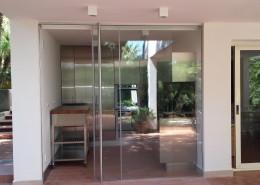 vetrata scorrevole in vetro temperato accoppiato 5+5mm, con maniglioni in acciaio inox da h 2400mm e serratura a due punti di chiusura