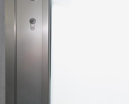 Particolare cilindro e maniglia serie porta Schuco ADS70