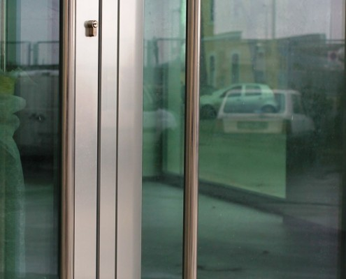 Particolare maniglione porta Schuco ADS65