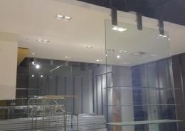 Vetrinette da esposizione fissate a pavimento e soffitto con staffe in acciaio inox, vetro temperato e stratificato 8+8+1.52 pvb e mensole saldate in vetro temperato stratificato 10+10+1.52 pvb. Utilizzo di ventosa pneumatica e gruetta mobile