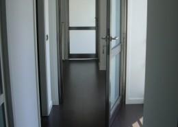 Porte interne a un anta e a scomparsa realizzate con profilo Palladio acciaio inox 316 e vetri satinati