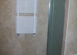 Box doccia ad un'anta apribile con semifissa, con vetro acidato temperato e completo di accessori in acciaio inox e guarnizioni