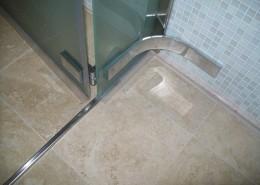 Particolare cerniere box doccia in acciaio inox e piastrina fissata al muro