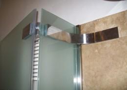 Particolare box doccia, cerniere in acciaio inox con piastra angolare di fissaggio sempre in acciaio inox