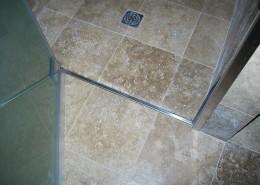 Particolare box doccia listello in acciaio inox a pavimento completo di guarnizione