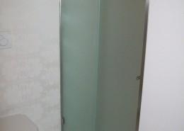 Box doccia ad un'anta scorrevole e un'anta fissa con vetro acidato temperato completo di accessori in acciaio inox e guarnizioni