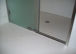 Particolare box doccia binario di scorrimento anta a pavimento in acciaio inox