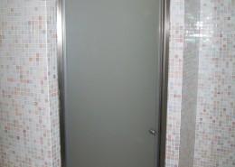 Box doccia ad un'anta apribile con vetro acidato temperato e completo di accessori in acciaio inox e guarnizioni