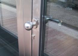 Particolare porta, pomolo in acciaio inox