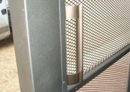 Particolare cancello maniglione in alluminio finitura acciaio satinato