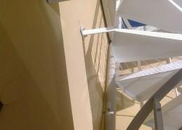 Particolare scala, staffe di fissaggio a muro